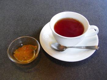 ここで優雅に味わいたいのは「熱海紅茶」。だいだいのマーマレードを入れて、ロシアンティーのようにいただきます。