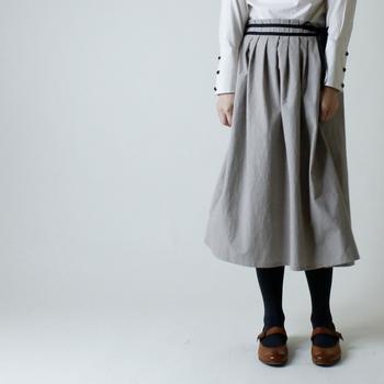 膝下丈のスカートなら、年を重ねても可愛らしく着こなせます。ウエストがゴム仕様なら、万が一お腹周りがやや豊かになってしまっても大丈夫♪