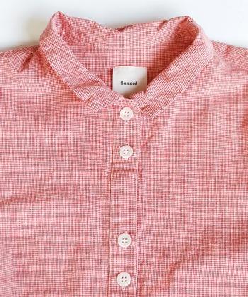 丁寧に作られている服は、ボタンホールやボタンの縫い付けもキレイに仕上げられています。糸が切りっぱなしではみ出していないか、縫い目が曲がっていないか、細部も確認してみましょう。ファスナーやホックも同様にチェックしてみてください。