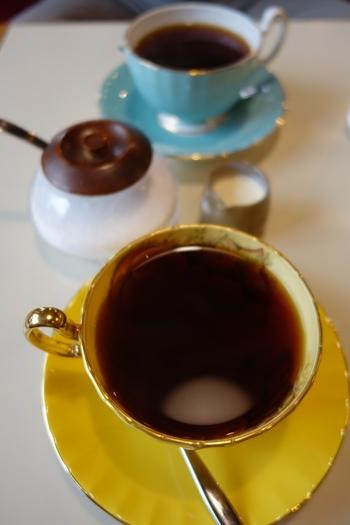 おすすめは10種類以上のメニューがある本格コーヒー。写真手前は苦味と酸味が税妙なバランスのブレンド「ゴールデンキャメル」。日替わりシフォンケーキと一緒にいただくのがオススメです。