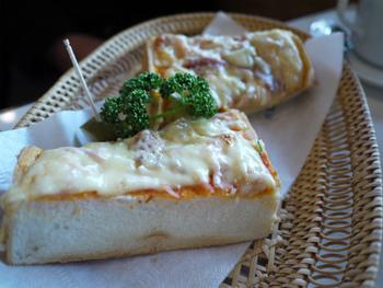 超厚切りのピザトーストは、正統派の純喫茶の味。昭和なバスケットに盛られてくるのも喫茶店ならではの演出です。