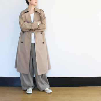 クラシックなトレンチコートは、いつの時代も最前線に存在している不動の定番アイテムです。細身のシルエットか、またはゆったりめをざっくり着るのか、デザインの違いを比べながら好みの1着を選びましょう。
