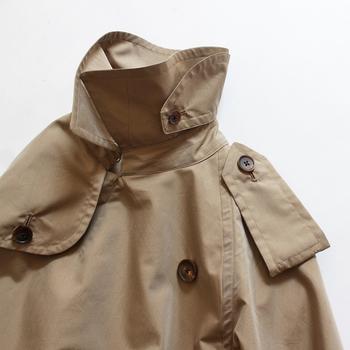 襟も、質の違いが現れやすいパーツです。首回りがヨレヨレしてくると長くは着られませんよね。襟のデザインやカット、裏地がついているかどうかも触りながら見てみましょう。