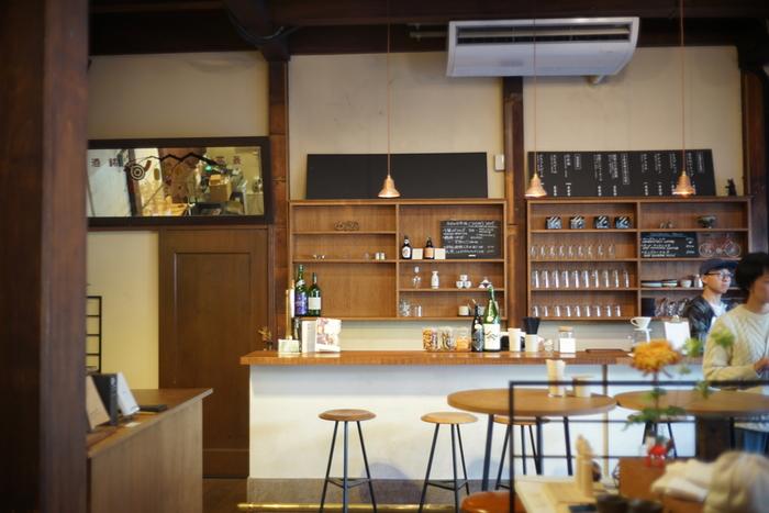 店内は、とってもスタイリッシュ。「トーキョーバイク」が運営し、レンタルバイクの他、生活雑貨の販売、コーヒースタンド、バーとして日本酒を扱うなどのサービスも行っています。