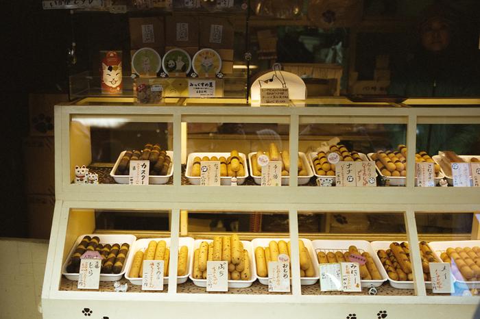 焼きドーナツ屋さん「やなかしっぽや」。谷中銀座は猫達で賑わうことで有名ですが、こちらのドーナツは、猫のしっぽを模した形です。ネーミング猫の名前がついていて可愛らしい♪