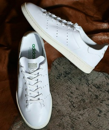 アディダスの名作と言われる定番モデル「スタンスミス」。 アメリカのテニスプレーヤーのスタン・スミスさんにちなんでこの名称が付けられました。サイドに配置された通気口が蒸れにくく快適な履き心地を叶えます。  どんなコーディネートにも合わせやすい白スニーカーとして、デザイナーやファショニスタはじめ多くの人々に愛されています。