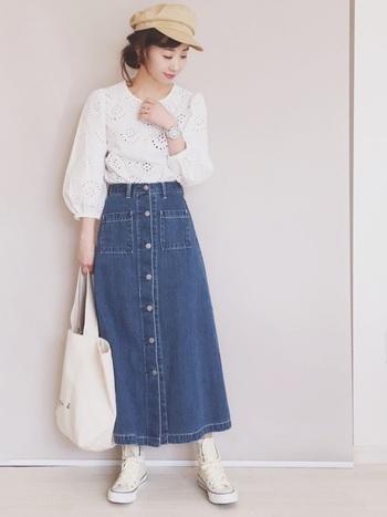 白いふんわりお袖のブラウスにデニムロングスカートを合わせたきれいめカジュアルスタイル。白のハイカットコンバースや白のトートバッグで色味を合わせると統一感が出て、全体もふわっと明るく可愛い雰囲気に仕上がります。