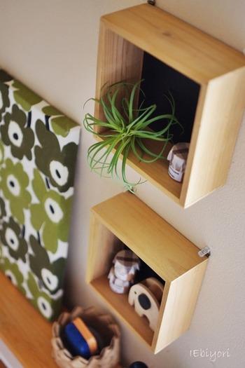 こちらは、セリアで売っているボックスをリメイクした、飾り棚兼ちょっとした壁面収納。鍵や小物を収納するのにぴったりでインテリアにも◎