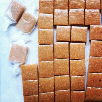 【材料】約20個分 ・練乳(50g)A ・砂糖(50g)A ・水飴(50g)A ・無塩バター(30g)  Aの材料を火にかけ、溶けてきたら無塩バターを加えたら弱火で煮詰めます。キレイなキャラメル色になったタイミングで火から下ろし、バットの上で平らに広げて冷まします。完全に固まる前にお好みの形にカットすればできあがり!