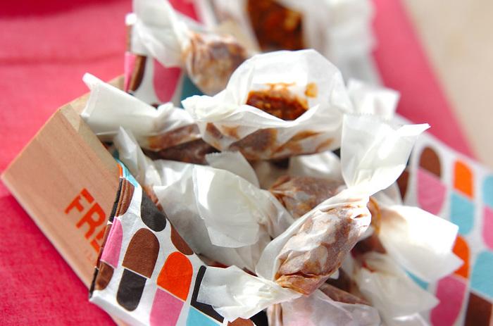 基本の生キャラメルに、カリカリとした触感がアクセントの炒り大豆をミックスしたアレンジレシピです。アーモンドなど、お好みのナッツで代用するのもおすすめです。