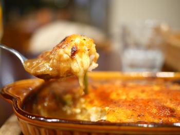 「スーパー焼きカレー」は牛肉がたっぷり入ったカレーの上に、チーズをのせてこんがり焼かれています。席に運ばれてきてからも、グツグツと音を立てているんですよ。20種類以上のスパイスと卵が混じり合ってまさに絶品です!