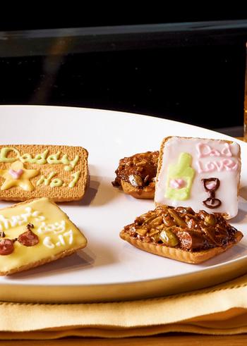 市販のクッキーをとキャラメルで作るお手軽なフロランタンのレシピは、キャラメルクリームにアーモンドやかぼちゃの種などを絡めてトッピング。オーブンで表面を焼くとカリッと香ばしく仕上がります。