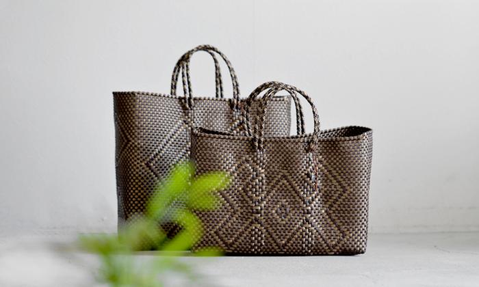 「メルカドバッグ」とは、メキシコの主にオアハカ州で手作りで作られているかごバッグです。リサイクルされた丈夫なプラスチック製の紐ですべて手作りで作られていました。  丈夫で汚れても水洗いできる使い勝手が抜群!メキシコの市場ではこのバッグいっぱいに野菜や果物を買いこんでいる女性たちの姿を見ることができます。  豊富なカラーリングと独特の編み模様で作られた異国情緒漂う雰囲気がファッションアイテムとしても 注目され今では世界中で販売されています。