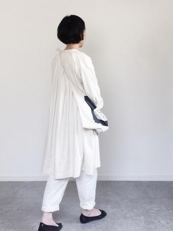 オールホワイトの爽やかなコーディネートには、足の甲をより綺麗に見せてくれるバレエシューズがぴったりです。ブラックをセレクトすることで、足元もグッと引き締まります。