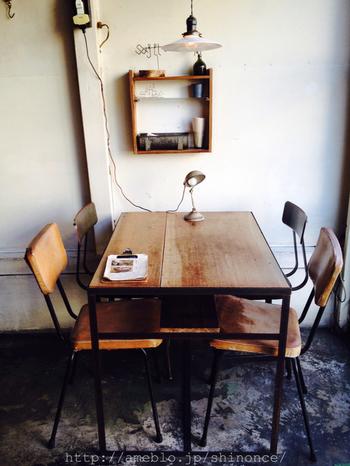 アンティーク風のテーブルや椅子がセンス良く配置された店内。おうちのインテリアにもマネしたくなるような、おしゃれで居心地の良い空間を作っています。