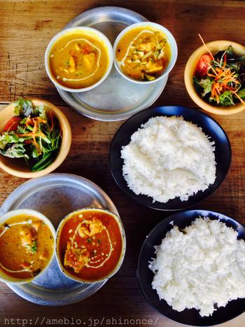 サジロカフェでいただけるのは、ネパール人シェフが作るカレー。ランチでは、チキンやマトン、ベジタブルなど数種類のカレーから2つ選ぶことができます。ネパールカレーは、カレー自体はほとんど辛くないのが特徴。スパイスが苦手な方でも食べやすい、サラッとした味付けを堪能できますよ。