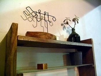 """棚のオブジェや花瓶もおしゃれ。店名の""""サジロ""""とはネパール語で""""居心地が良い""""という意味だそう。のんびりとしたひとときを過ごしたい日におすすめのお店です。"""
