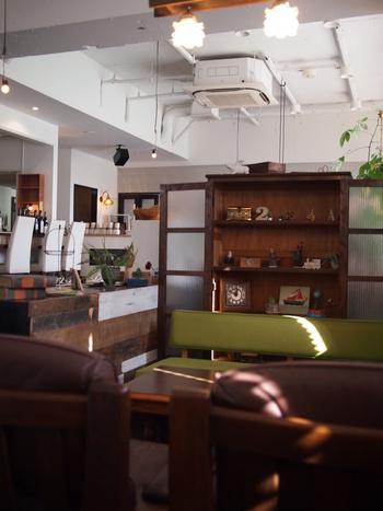 """アンティーク風のソファが置かれた店内。""""ゆったりしてもらえるように""""と大きめの椅子やソファを置いているそう。そんな心遣いもうれしいカフェです。"""
