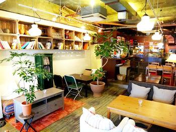 明るい店内はソファ席がメイン。お友だちのおうちへお邪魔したようなくつろげる雰囲気が魅力です。