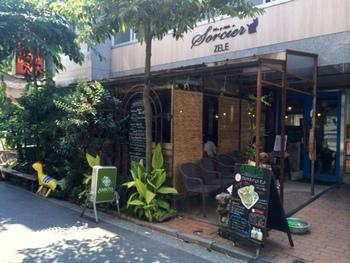 吉祥寺駅から歩いて5分ほど、商店街から1本路地に入ったところにある「アムリタ食堂」は、まるで海外のリゾート地を訪れたような雰囲気。