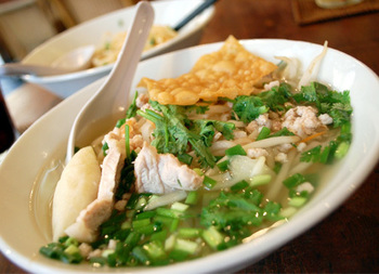 あっさりした汁麺も人気。お米で作られた麺はつるっとした柔らかな食感が特徴。澄んだスープもクセがなく、最後まで飲み干せてしまえそうなおいしさ。お好みでナンプラー、唐辛子の酢漬けなどの調味料で調整していただきましょう。