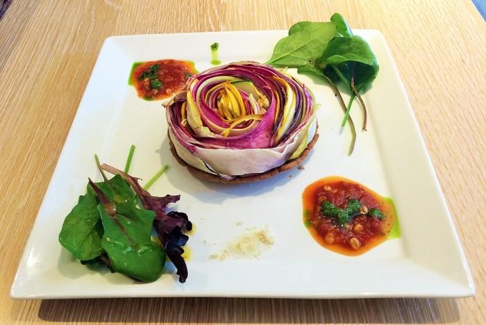 定番のメインランチのひとつ「有機野菜の彩りタルト」は、日本各地の旬の野菜を薄くスライスしてバランスよく一枚一枚丁寧に重ね合わせたお料理。低温のオーブンで野菜の甘さをじっぐりと引きだしています。素材本来の味わいと食感、そして豊かな彩りをぜひ楽しみませんか?