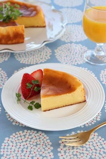 クリームチーズ、プレーンヨーグルト、卵にホットケーキミックスがあればボールひとつで簡単に作れるチーズケーキ。しっとり、もっちり食感が好きな方にオススメです。