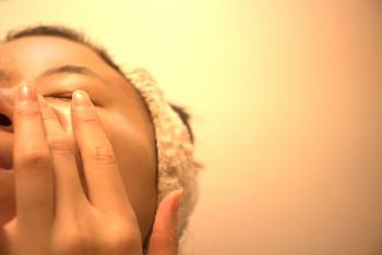 美しい髪のために頭皮マッサージを行うように、美しいまつげのためには目元のマッサージを。こめかみをほぐしてから、眉毛をはさむように、眉間からこめかみに向かって指で軽く押すように流してあげましょう。