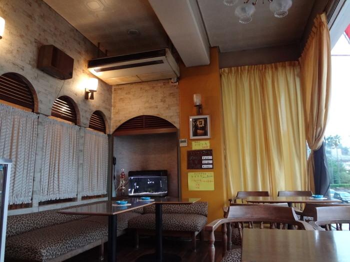 元々は旅館だったのですが、1968年頃から喫茶店として営業。店内には70年代の粋な雰囲気が漂い、訪れる人誰もがほっこりとした気分を味わえます。海沿いにあるので、時間帯によって移り変わる海を眺めながらのコーヒータイムは格別です。