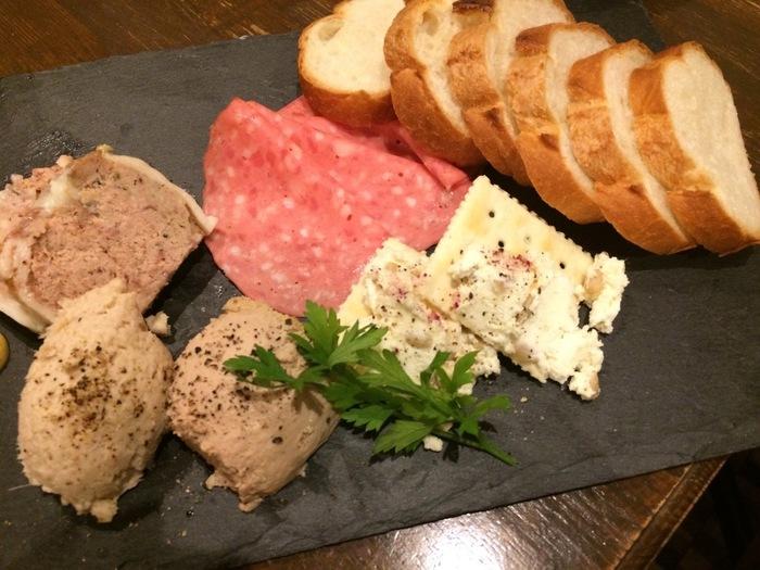 ボリュームたっぷりの「お肉屋さんの盛合せ」は、田舎風お肉のパテ、ポークリエット、鶏レバームースといった、ワインに合うものばかり!赤、白、どちらも合いますよ。