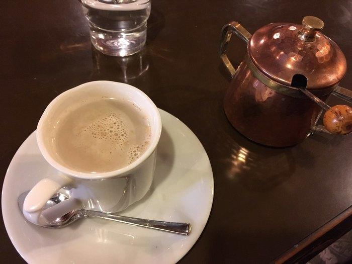 モボやモガに思いを馳せながら味わいたいのは、ミルクたっぷりのカフェオレ。近ごろ流行のカフェラテとは一線を画す懐かしい味で、ほっこりしたい熱海の午後にぴったりの一杯です。