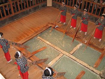 源泉は6つあり、pH2.1と日本でも有数の強い酸性泉で殺菌力が強いため、肌がピリピリすることも。効能は神経痛、筋肉痛、冷え性、婦人病など。源泉は熱く、50℃近いものがほとんどで、そのまま入浴することはできません。温度を下げるために水を加えると温泉の効能が薄れてしまうので、湯の中へ六尺板を入れて行う有名な「湯もみ」が考え出されました。