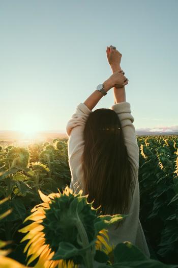 上記以外の動作は、バンザイポーズをすることもむくみ解消効果がより期待できますよ。  両腕を上にあげてバンザイをしてから、手首ぐるぐる、手のひらを大きく開いて閉じる、手をぶらぶらさせる動作を繰り返してみてください。  バンザイをすることで、手が心臓よりも上の位置にくるため、血流が心臓まで戻りやすくなりますよ。 さらに、大きく手のひらをグーパー、グーパー、と大きく開いて閉じる動作を繰り返すことで、指先の血行も促進されやすくなります。  バンザイポーズで背筋も伸びてリフレッシュできますね♪