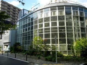 """渋谷・代官山・恵比寿の3駅から歩いて10分ほど。センターにほど近い渋谷清掃工場のごみ処理施設で作られる電力からまかなわれている""""日本一コンパクトな""""植物園です。"""
