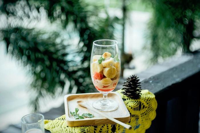体内に溜まった余分な水分は、「カリウム」という栄養素を摂取すると排出がしやすいといわれています。  カリウムには体内の水分を体外に排出させるはたらきがあり、慢性的なむくみに悩んでいる方や飲酒の機会が多い方には大きな味方になってくれる栄養素。  夏の果物や野菜、海藻類に多めに含まれているため、日頃の栄養不足やむくみが気になる方は摂取し始めても良いかもしれませんね。