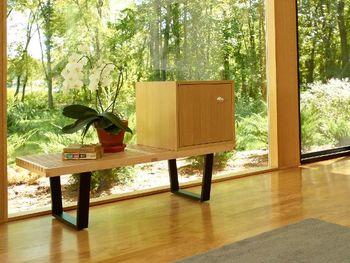 モダンデザインの象徴、プラットフォームベンチは、ベンチやローテーブルとして暮らしのシーンに合わせて様々な役割を果たします。すっきりと無駄のない直線的なラインからは、建築家であり編集者でもあるジョージ・ネルソンの誠実なデザインへのこだわりが伝わってくるよう。座面は空気と光が通るよう間隔が設けられ、時間と共に変化する光と影のコントラストが楽しめます。和風のお部屋にもしっくり馴染みますね。