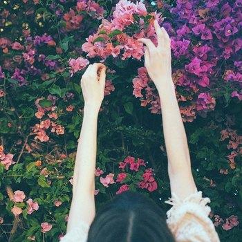 手元のおしゃれが楽しめるようになる春夏シーズンに向け、きょうから実践できる手指のむくみ改善・解消ケアをご紹介しました。  マッサージやストレッチをはじめとしたケアだけでなく、体を温める、睡眠時間を調整するなどの内側からのケアもむくみケアには重要。  ぜひ今日からむくみ対策ケアを取り入れてみてくださいね♪