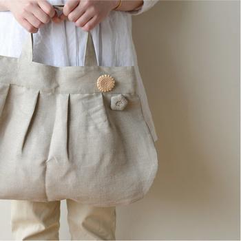 お花のブローチをバッグにつけたら、素朴なバッグがおでかけ仕様にランクアップ。