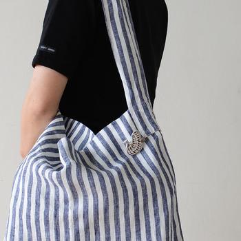 バッグにつけたブローチとお洋服のブローチをさりげなくリンクさせてみるのも面白いですね。ブローチをつけることで、全身のバランスがぐっと良くなります。