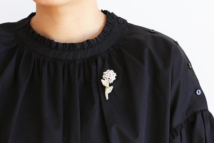 シンプルなデザインのお洋服にとてもよく似合うブローチ。さりげなく個性を主張することができるアイテムとして、人気があります。どんなブローチをチョイスするかで、いろいろな雰囲気を作ることができますね。おしゃれに見える素敵なブローチを見ていきましょう。