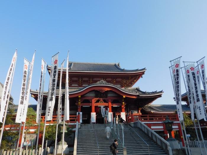 名古屋市営地下鉄の鶴舞線、大須観音駅から徒歩2~3分で行ける「大須観音」は、大須商店街を抜けると突然その趣きのある姿を現します。なごや七福神の「布袋尊」が祀られているのが、この大須観音です。