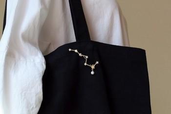 北斗七星をかたどったブローチは、黒いバッグによく似合います。夜空に輝くお星さまにときめきます。