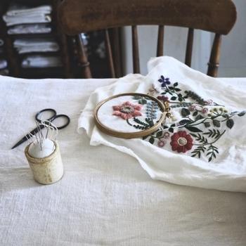 ウールの糸を使っても、明るい色味をチョイスすると春めいた雰囲気を醸し出すことができます。刺繍は、移り変わる季節を感じさせてくれます。