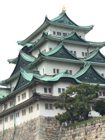 名古屋といえばやっぱり「名古屋城」ではないでしょうか。徳川家康が築いた名古屋城は、地元の人でも幾度となく足を運びたくなる素敵なスポット。屋根にはシンボルの「金のシャチホコ」がキラキラと輝いています。
