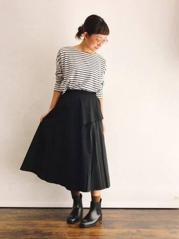 コントラストが強い白×黒のボーダーTシャツは、ピッチが細くなるほど控えめな印象になります。黒のロングフレアスカートと合わせてフェミニンな着こなしにも◎