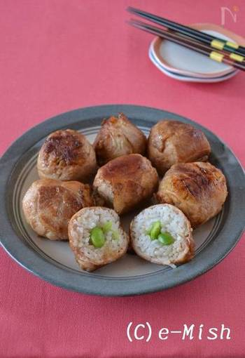 ちょっと小さめに握った小むすびも、パーティー料理にはうれしいレシピですね。こちらは、ちょっと贅沢な気持ちになれる、肉巻き風。枝豆が入って色みもアップ♪
