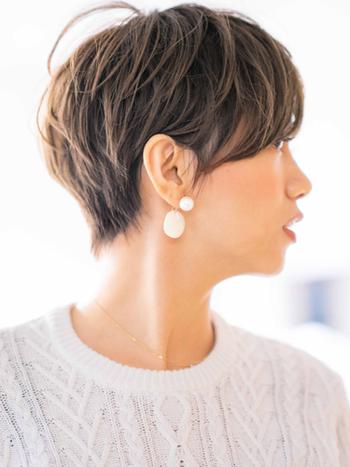 ショートヘアはレイヤーを入れることで後頭部にしっかりとボリュームを出すことができるヘアスタイルなので、髪の量が少ない人にもオススメの髪型です。襟足を思い切り短くしたショートヘアも、前髪を長めに流してあげることでボーイッシュにならず、知的な大人の女性の印象を与えます。