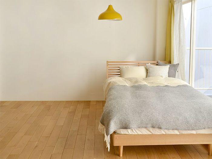 インテリアは引越し後に少しずつ揃えていこうとお考えの方もいらっしゃるでしょう。とはいえ、引っ越し当日から必要不可欠なインテリアもありますよ。 それは、「ベッド(布団)」「照明」「カーテン」です。次いでテーブルと椅子(ソファ)があれば安心ですね。ホテルのベッドルームをイメージしていただければ、分かりやすいのではないでしょうか。