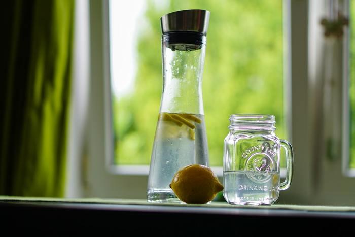 水分補給を心がけるのはもちろん良いことですが、 ・アルコールドリンク ・ついつい水分を取りすぎてしまう塩分の濃い食事 に触れる機会が多くなるほどむくむ可能性が高くなりがち。  ・調理の際は味付けを薄めにする ・休肝日を必ず作る など、できることから対策をしても良さそうですね。