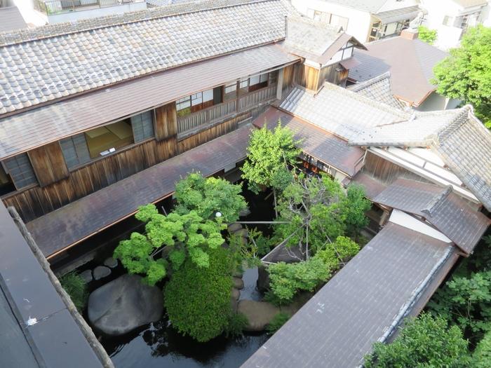 朝倉が自ら設計した建物も、回廊式の庭園や屋上庭園も細部に至るまで工夫をこらし、彫刻家としての視点と芸術観が表現されています。建物のエントランスから見上げた屋上に人影が見えますが、屋上庭園で出会えるそうなので是非訪ねてみて下さいね。